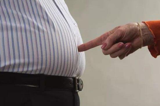 肥胖与痛风:肥胖既是痛风发病的危险因素,又是痛风发展的促进因素。